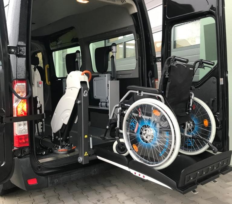 """Rollstuhl- Transport der """"Luxus – Klasse"""" mit faltbarem Hydrauliklift und Klappsitzen"""